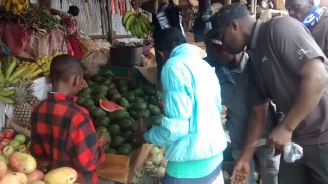 The kids helping shiro to select fruits at the market